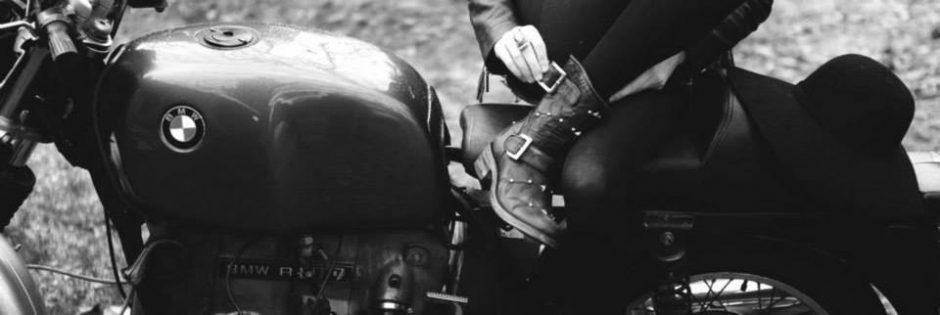 En santiags et en moto !